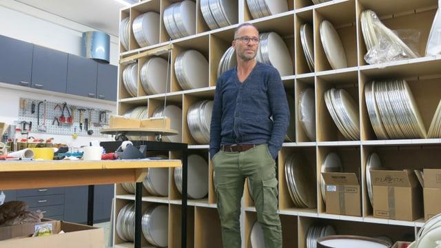 Pascal Kottmann in der Trommelwerkstatt