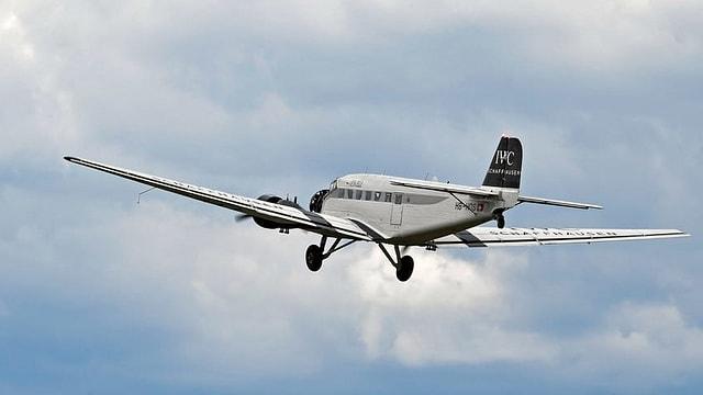 Aviun da la Ju-Air en l'aria.