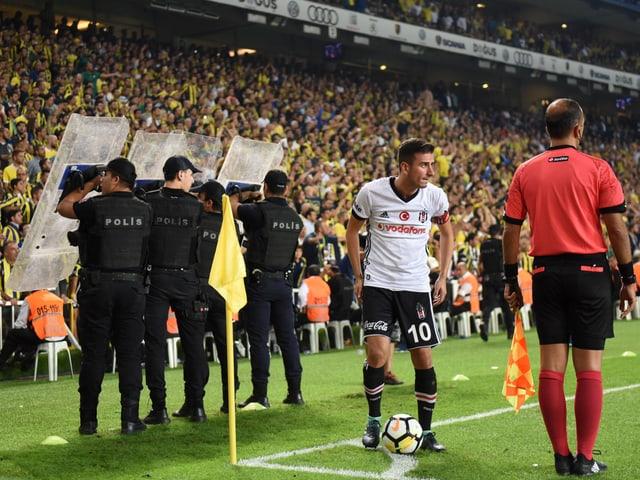 Besiktas' Ozyakup im heissen Istanbuler Derby gegen Fenerbahce