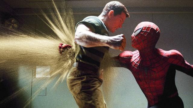 Mann in Spinnenanzug (Spiderman) kämpft mit Mann