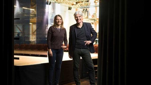 Richard Reich und Kulturwissenschaftlerin und Lektorin Gerda Wurzenberger neben einer Bühne stehend.
