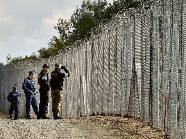 Grenzpolizisten auf ungarischen Seite zur Grenze zu Serbien.