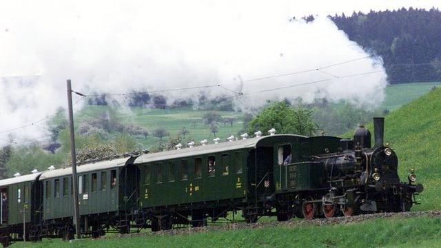 Eine Dampfzugkomposition fährt von Hinwil nach Bauma im Tösstal