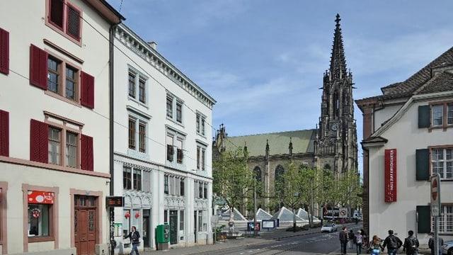 Blick auf die Elisabethenkirche mit den Theater-Pyramiden im Vordergrund