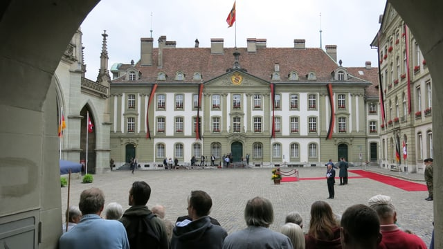 Ruhe vor dem Sturm. Am Berner Münsterplatz wartet man am Vormittag auf die Ankunft des hohen Gastes.