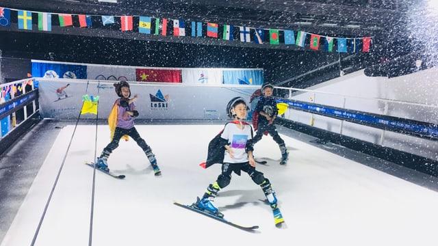 Chinesische Kinder fahren in einer Indoor-Skihalle
