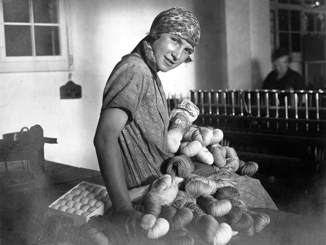 Eine Arbeiterin in der Wollfabrik im Jahr 1926.