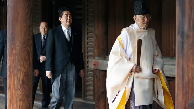 Abe beim Besuch des Yasukuni-Schreins.