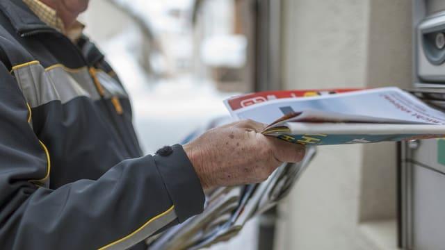 Postzusteller bei der Arbeit