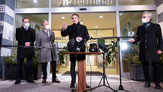 Rafael Grossi spricht am Flughafen von Wien.