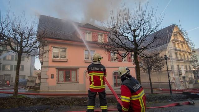Die Feuerwehr bekämpft den Brand im Hotel Hirschen in Buochs.