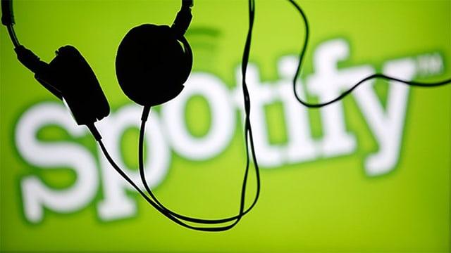Kollage aus Spotify-Logo und Kopfhörern