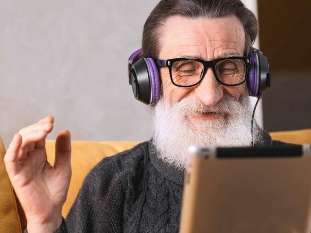 Mann mit Kopfhörer lacht