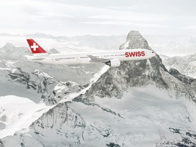 Aussenansicht eines Flugzeuges vor dem Matterhorn.