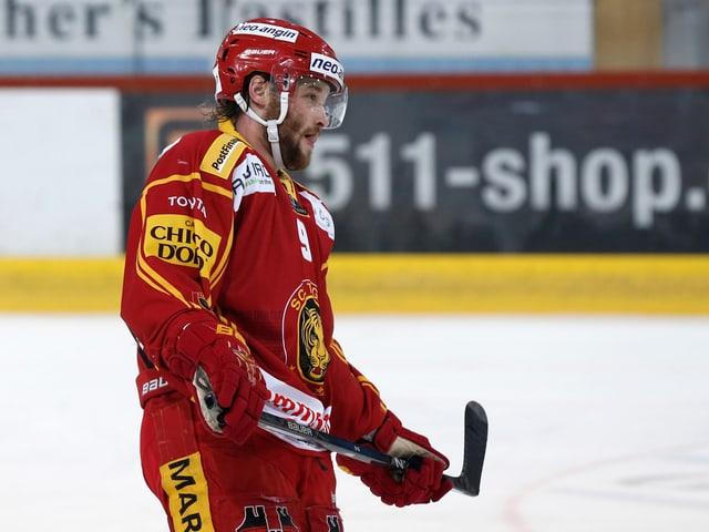 Lukas Haas steht auf dem Eis.