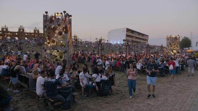 Nebst der Deko gibt es überall auch Platz um sich hinzusetzen, zu reden und das Festival zu geniessen.