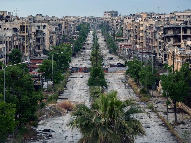 Blick von oben auf die zerstörte Stadt Aleppo.