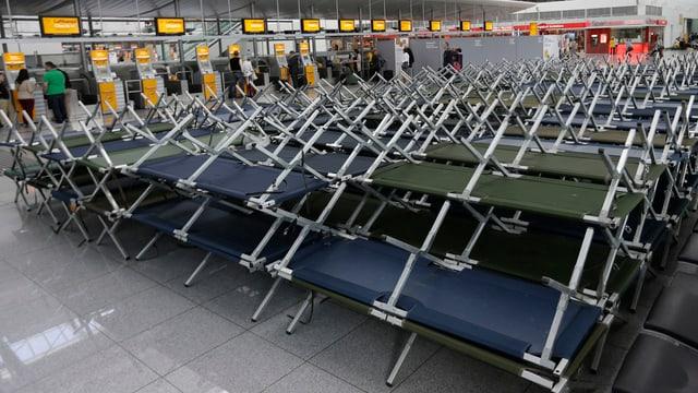 Feldbetten im Flughafenterminal von München.