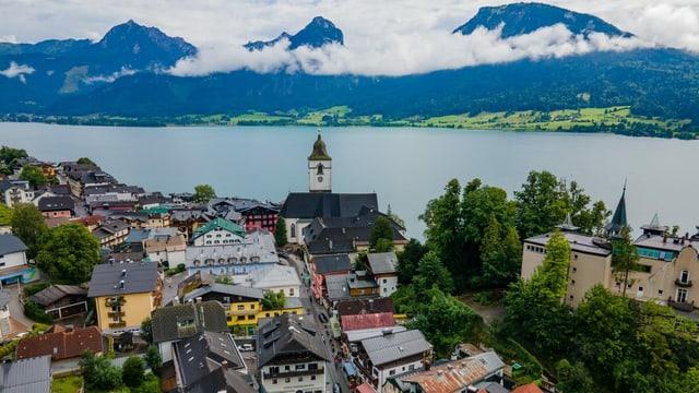Blick auf idyllischen Touristenort St. Wolfgang mit See und Bergen.