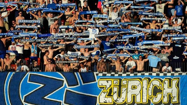 Blick in die Fankurve des Zürcher Fussballclubs GC an einem Spiel