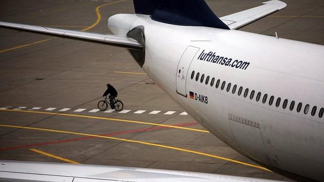 In um sin in velo davos in aviun da la Lufthansa.