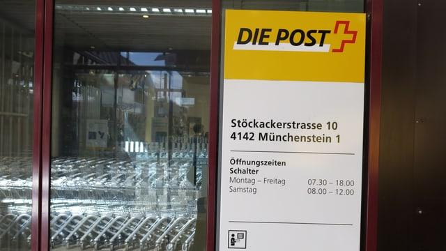 Blick auf die Eingangstür der Post Münchenstein