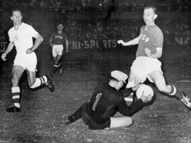 Spielszene aus einer Partie an der Fussball-EM 1960.