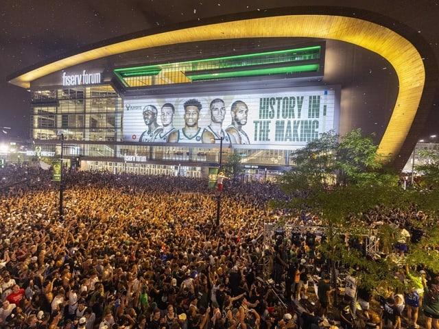 Fans vor Stadion.