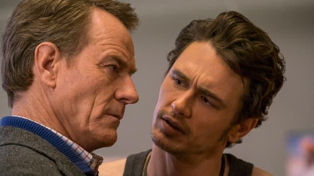 Zwei Männer schauen sich an.