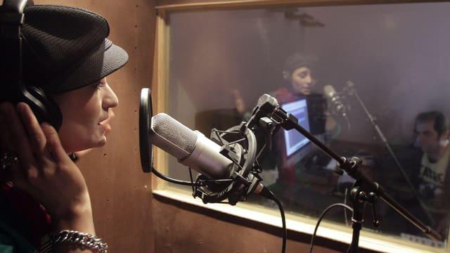 Die Sängerin Sosan Firooz am Mikrofon.