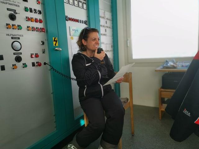 Alice Bertogg prelegia il text durant il curs da rumantsch sin la sutgera.