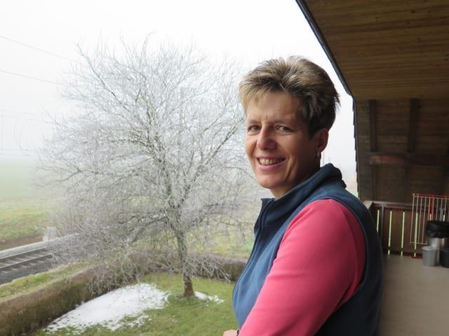 Sonja Schmid steht auf der Veranda ihres Hauses.
