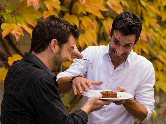 Jann Hoffmann und Philippe Gerber kämpfen um ein Stück Schoggi-Kuchen.
