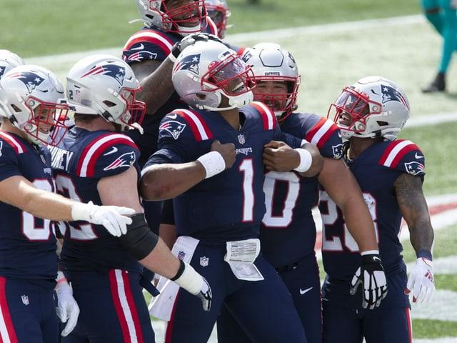 Brady-Nachfolger Cam Newton lässt sich nach einem Touchdown von seinen Teamkollegen feiern.
