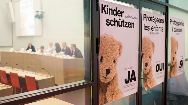 Plakate zur Pädophilen-Initiative an einer Wand