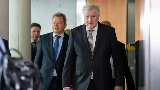 Horst Seehofer erscheint im schwarzen Anzug zur Sitzung des Innenausschusses.