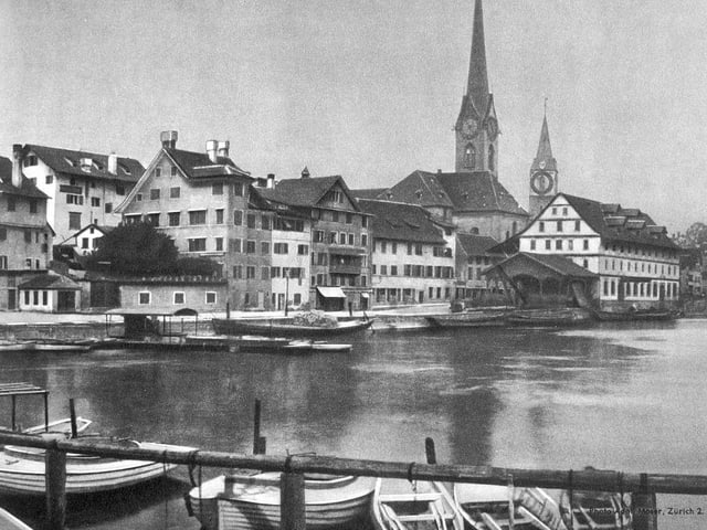 Schwarzweissbild: Häuser mit Kirche am See.