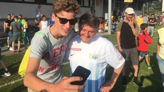 Canepa lässt sich mit einem Fan fotografieren