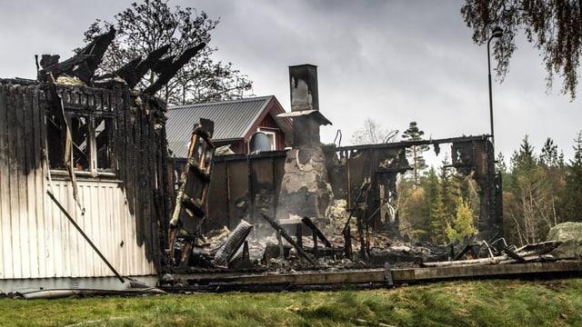 Ein ausgebranntes Haus in ländlicher Umgebung.