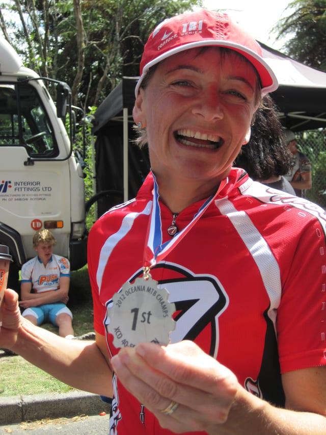 Die Siegerin zeigt ihre Medaille für den ersten Platz