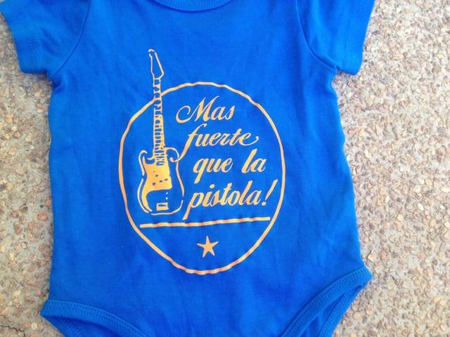 """Baby-Body mit der Aufschrift """"Mas fuerte que la pistola!"""""""