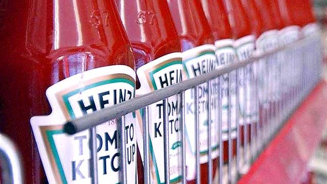 Nahaufnahme eines Ketchup-Verkaufsgestells voller Ketchup-Flaschen.