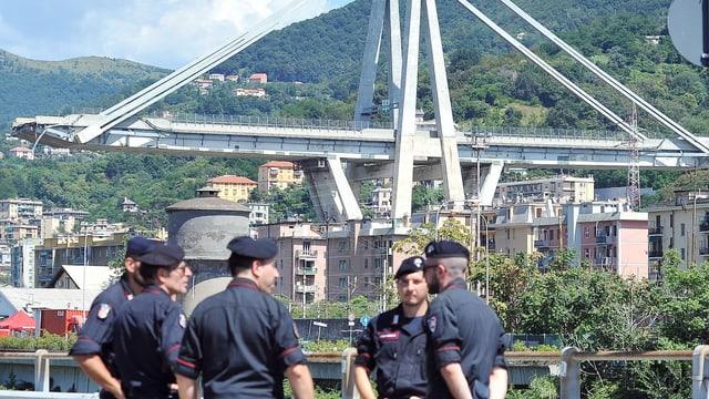 Polizisten vor Brücke