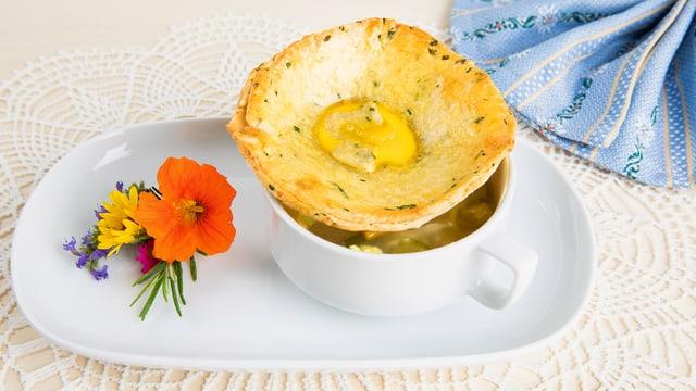 Gedeckte Gemüsesuppe mit Überraschung