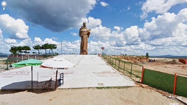 Grosse Jesus-Statue mit verpixeltem Gesicht an einem Strand.