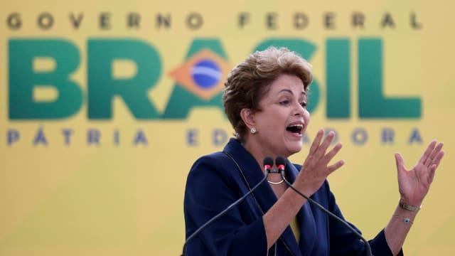 Dilma Rousseff discura cun ils mauns en l'aria