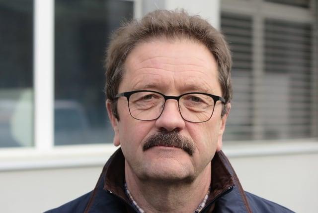 Ein Porträt eines Mannes mit Brille.