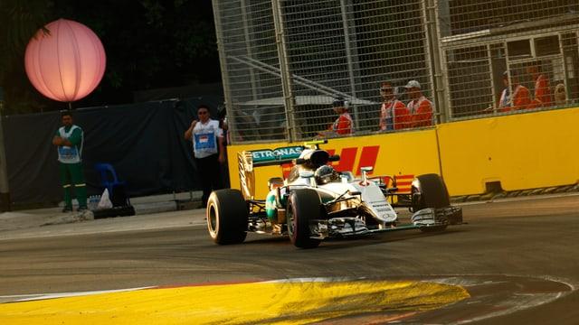 Nico Rosberg fährt eine Rechtskurve.