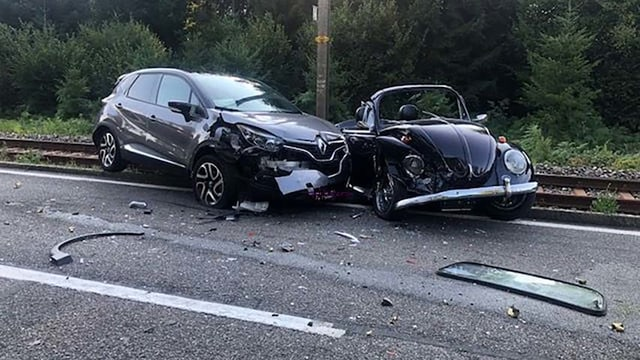 Zwei Autos nach einem Unfall. Im Hintergrund ist die Bahnstrecke zu erkennen.