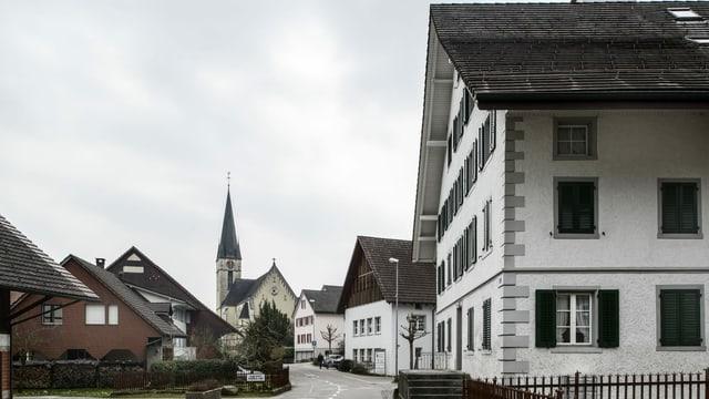Ältere Häuser, im Hintergrund eine Kirche.